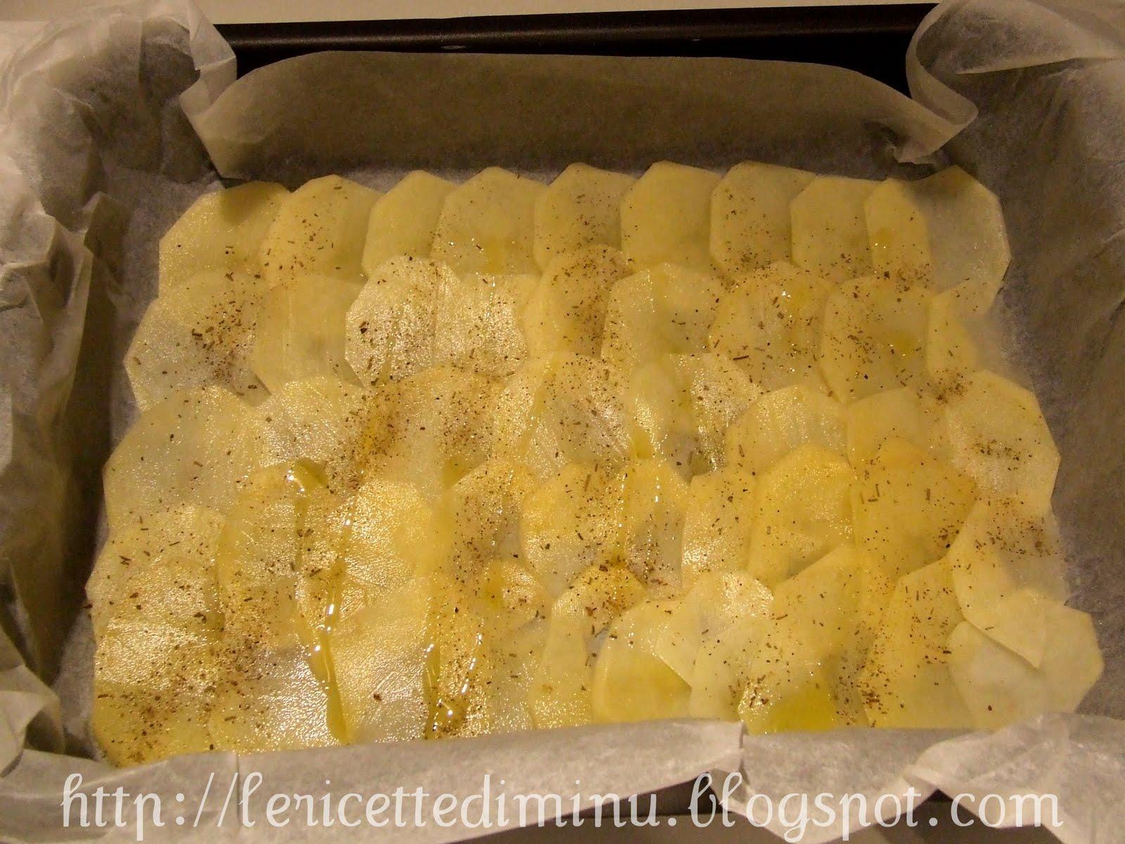 ricoprite con le rimanenti fettine di patate salate e pepate aromatizzate con le erbette cospargete con poco pan grattato irrorate con un filo dolio e