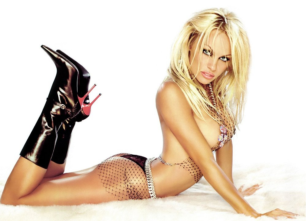 Pamela Anderson a real cut-up in new Vegas magic show