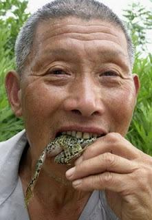 Человек ест живую лягушку