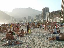 pessoal na praia de ipanema no domingo de sol