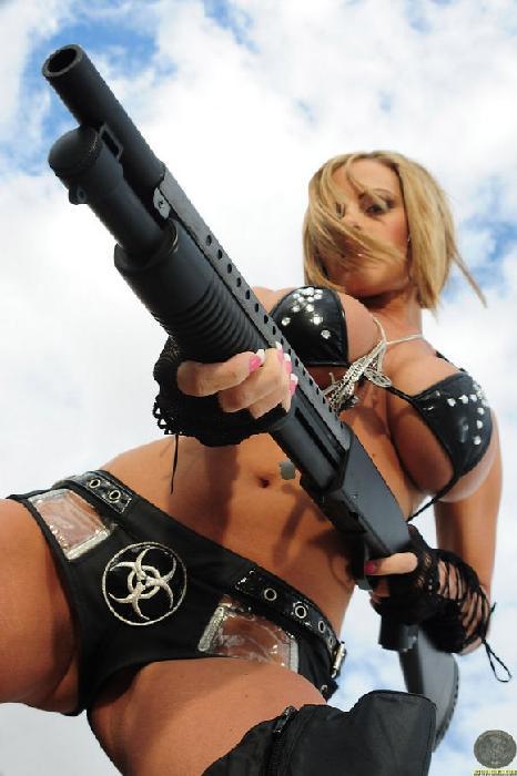 голая милашка с оружием фото