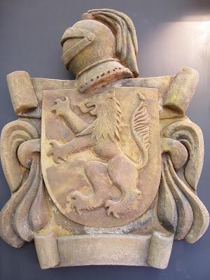 Escudo heraldico realizado con simil piedra