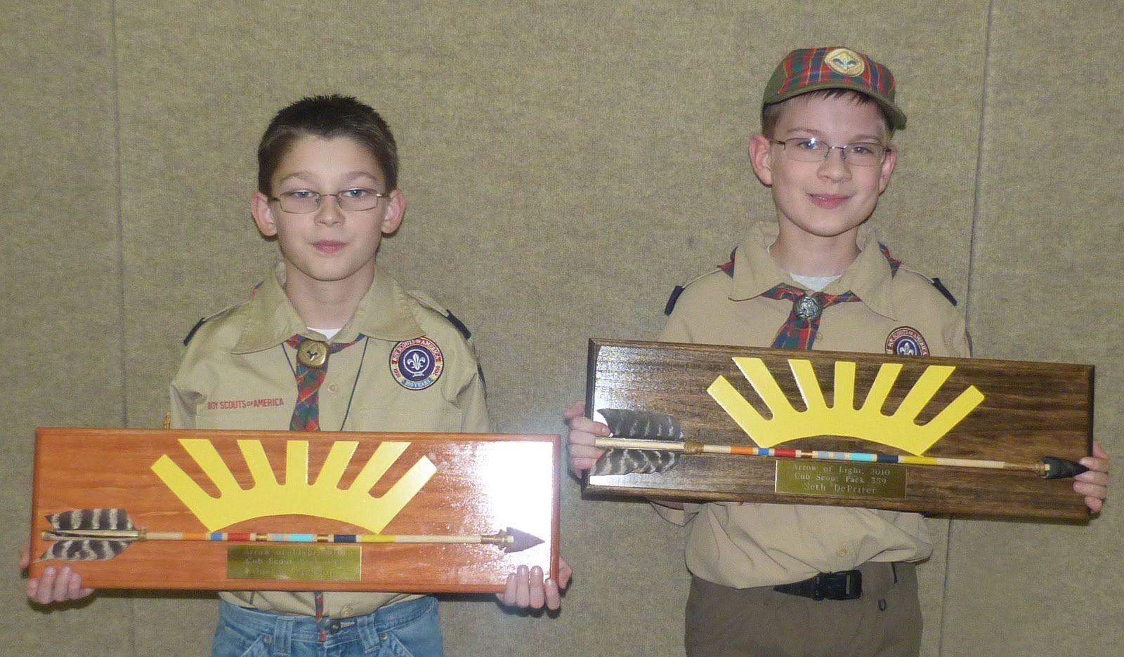 the plaques arrow pin of scout light plaque cub are from wood carved and painted