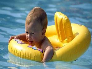 Berenang Pengaruhi Fisik dan Mental Bayi