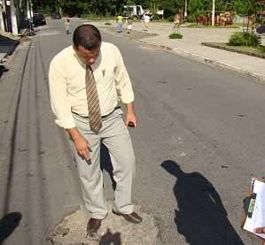 Leandro Silva tapando buracos.