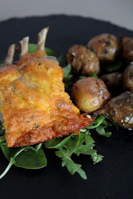 Carré d'agneau en croûte de cheddar et thym pommes de terre et topinambours au four