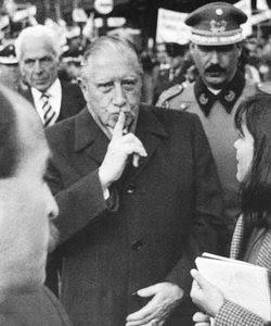 El dictador Augusto Pinochet, en la capital chilena, durante el plebiscito para poner fin al régimen castrense en Chile - Foto: Marco Ugarte
