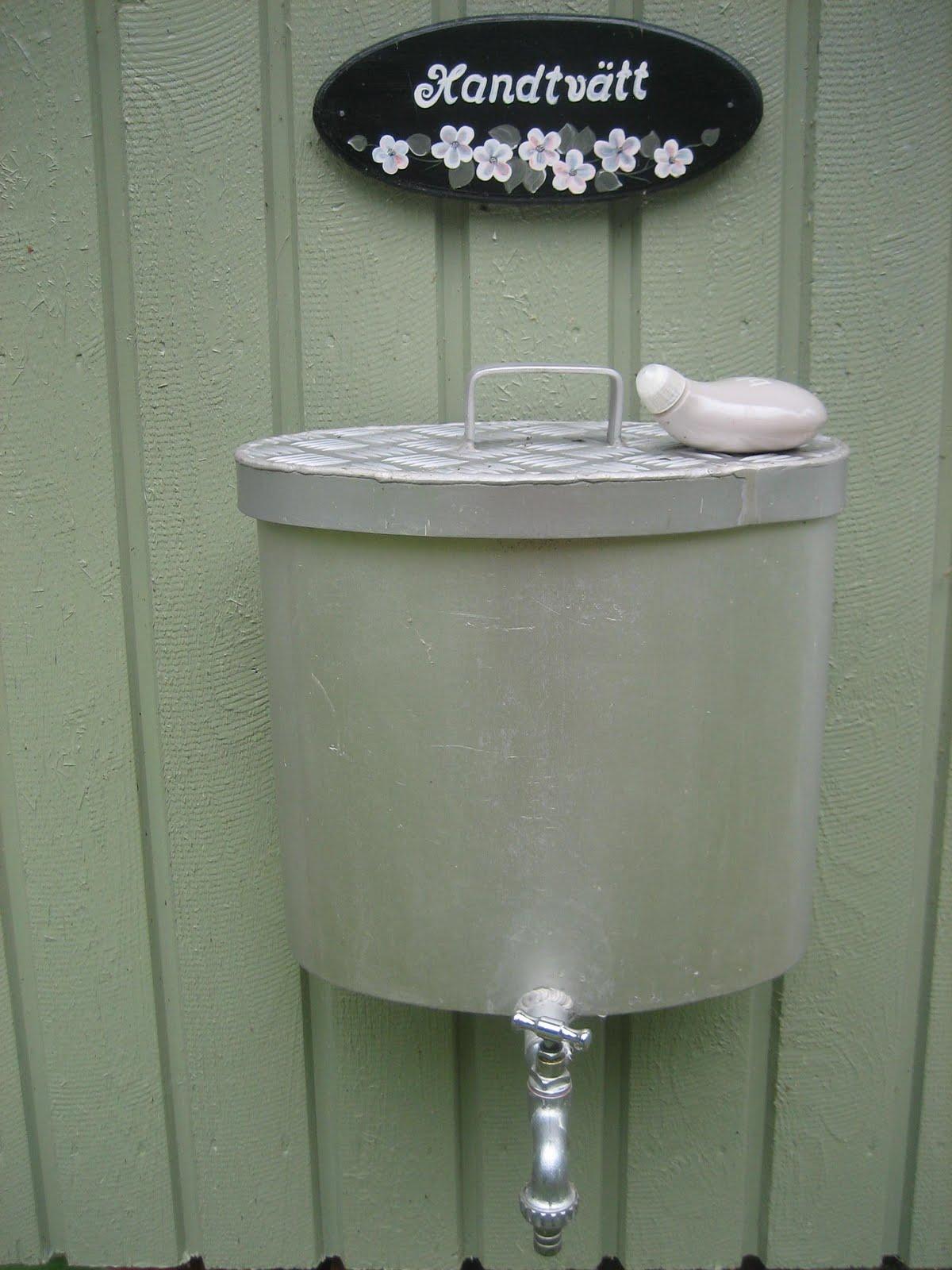 Vattenbehållare utedass