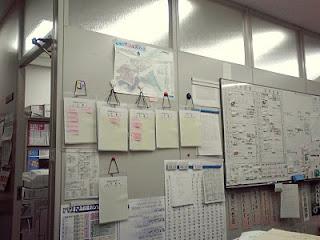 私の職場の机から、左前方の壁を眺める