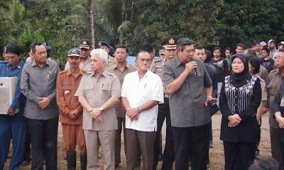 Presiden SBY dan Para Menteri KIB melakukan kunjungan ke wilayah tanah longsor Cianjur (tagana-cianjur.blogspot.com)