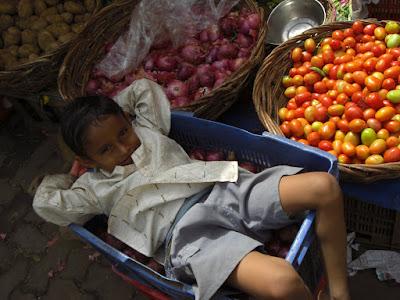 Inde - Enfant dans un marché de Mumbai