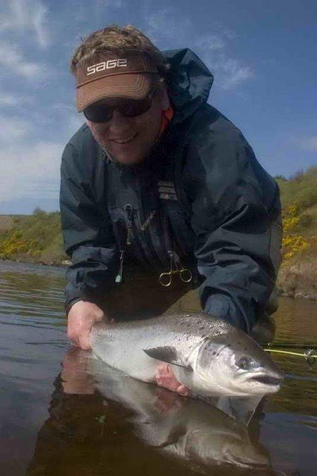 Een wonnerbaren Saumon vum Lower Caragh River, get sportlech zereck gesaat