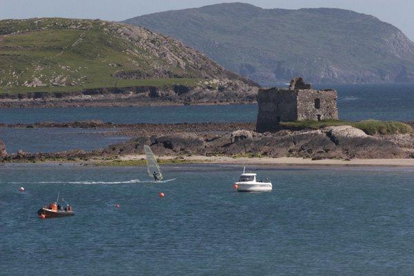 Den McCarthy Castle op der Plage vun Ballinskellig, een bekannten rendez-vous fir Waassersport