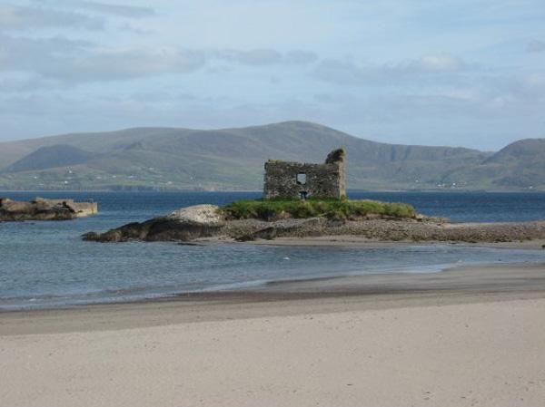Mc Carthy Castle op enger vun den scheinsten Plaagen vun Irland, Ballinskellig Blue Flag Beach