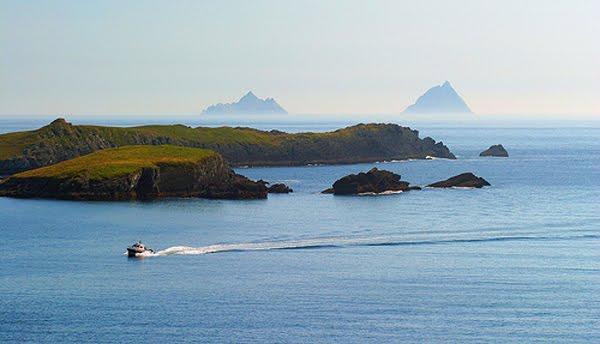 """""""Horse Island"""" an d'Skellig Rocks am Hannergronn. Eng aaner Plaatz vun der Superlativ"""
