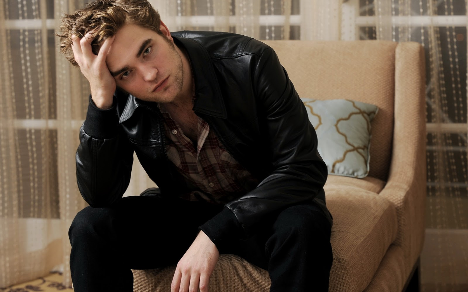 http://2.bp.blogspot.com/_2UbsSBz9ckE/S7ka2AC4vvI/AAAAAAAABLo/aWG9HHzapH4/s1600/robert-pattinson-bed-wallpapers_HD_1920x1200.jpg