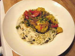 spiced cauliflower curry with red pepper and peas