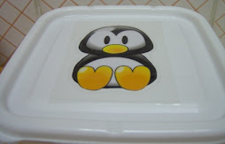 Tampa de tupperware com o pinguim