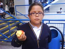 Ella come manzana en la hora de recreo...