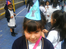 Orgullosa muestra su gorrito de cumpleaños...