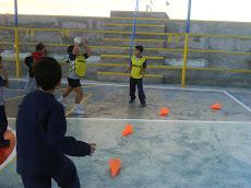 Niños y niñas practicando deporte...