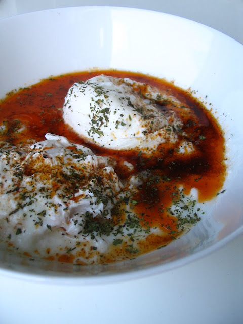 Turkish Poached Eggs With Yogurt (Çılbır)