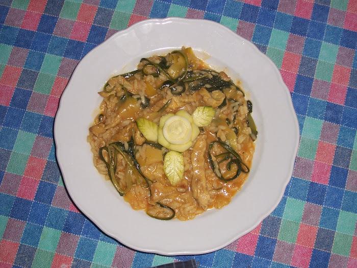 risotto con filetti di pollo al curry e spaghetti di zucchine