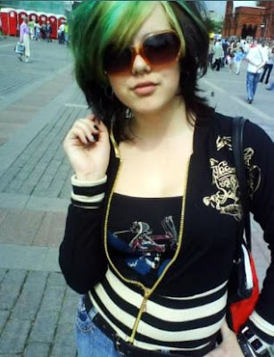 Green hair on emo girls can look super kewl! This girl looks <3