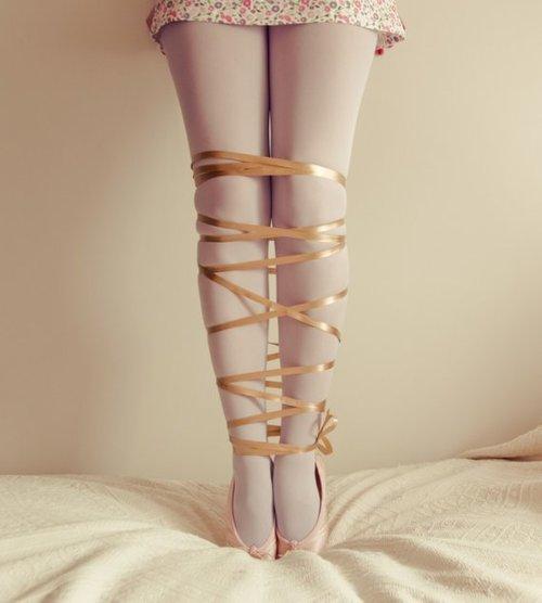 связанные женские ноги фото