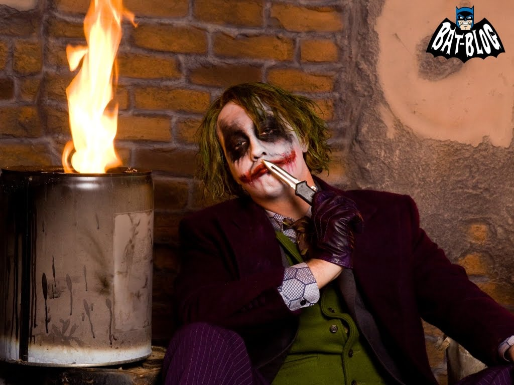 http://2.bp.blogspot.com/_2kjisMm3M9Y/TKjC3ERL2TI/AAAAAAAANlY/B_RurLuV-GE/s1600/wallpaper-damon-joker-costume.jpg