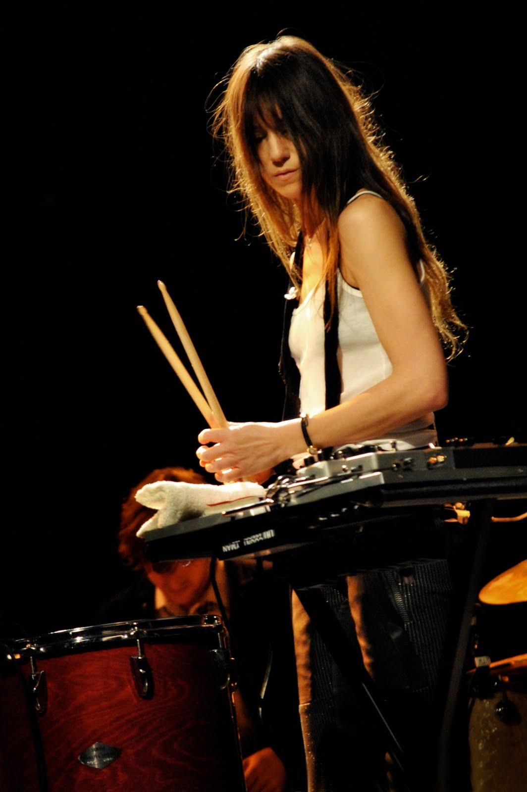 http://2.bp.blogspot.com/_2kzp9TcCdmc/TKoTakA3QnI/AAAAAAAABlQ/E2UcB8uqCYs/s1600/Charlotte-Gainsbourg-concert-photo-2.jpg