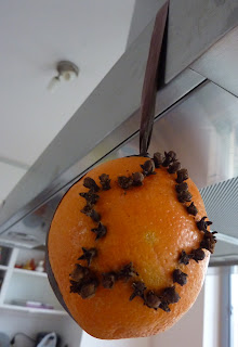 afbeelding van een sinaasappel versierd met kruidnagel