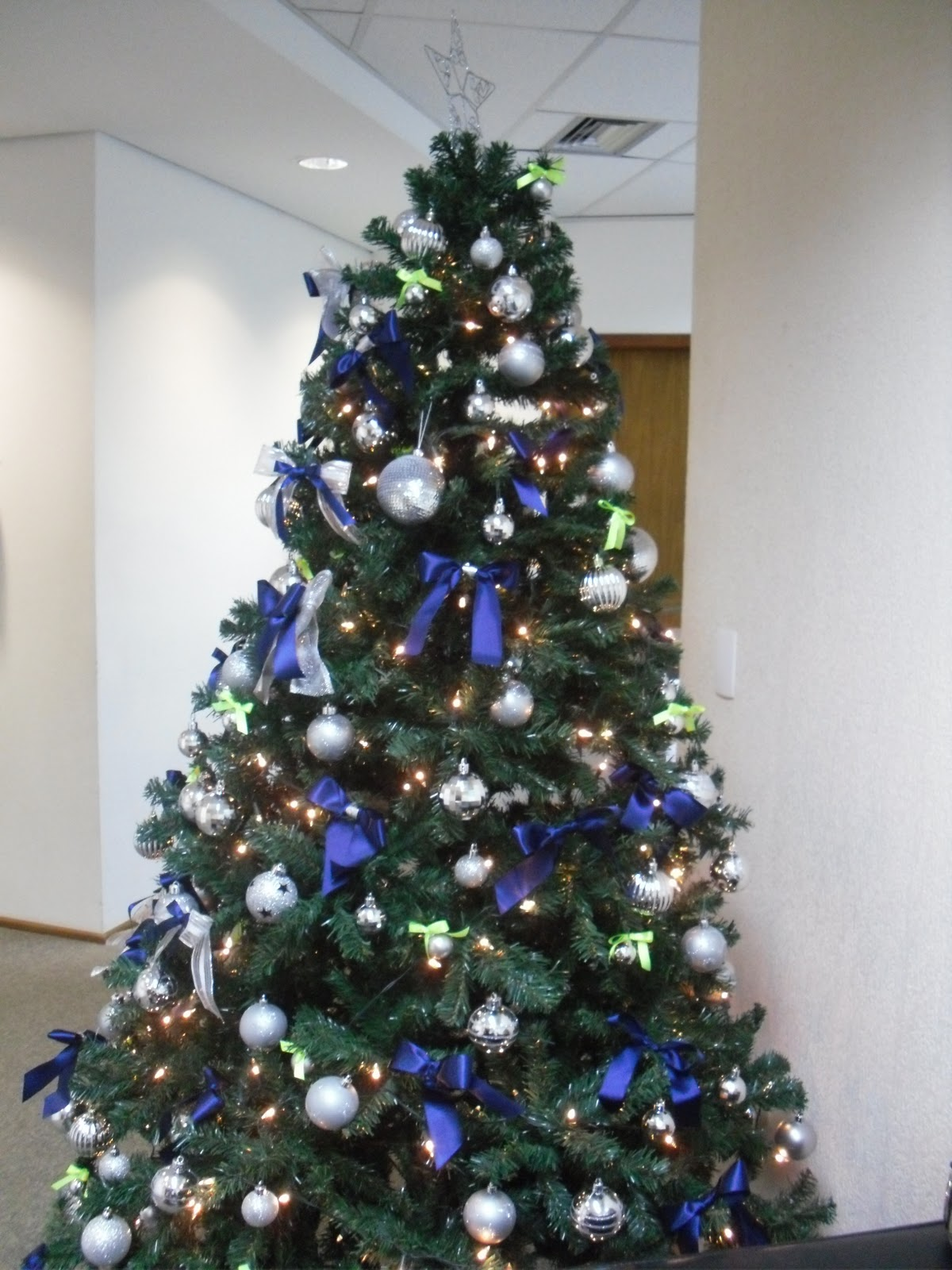decoracao de arvore de natal azul e prata:essa foi a árvore de natal que montamos para a empresa deloitte foi
