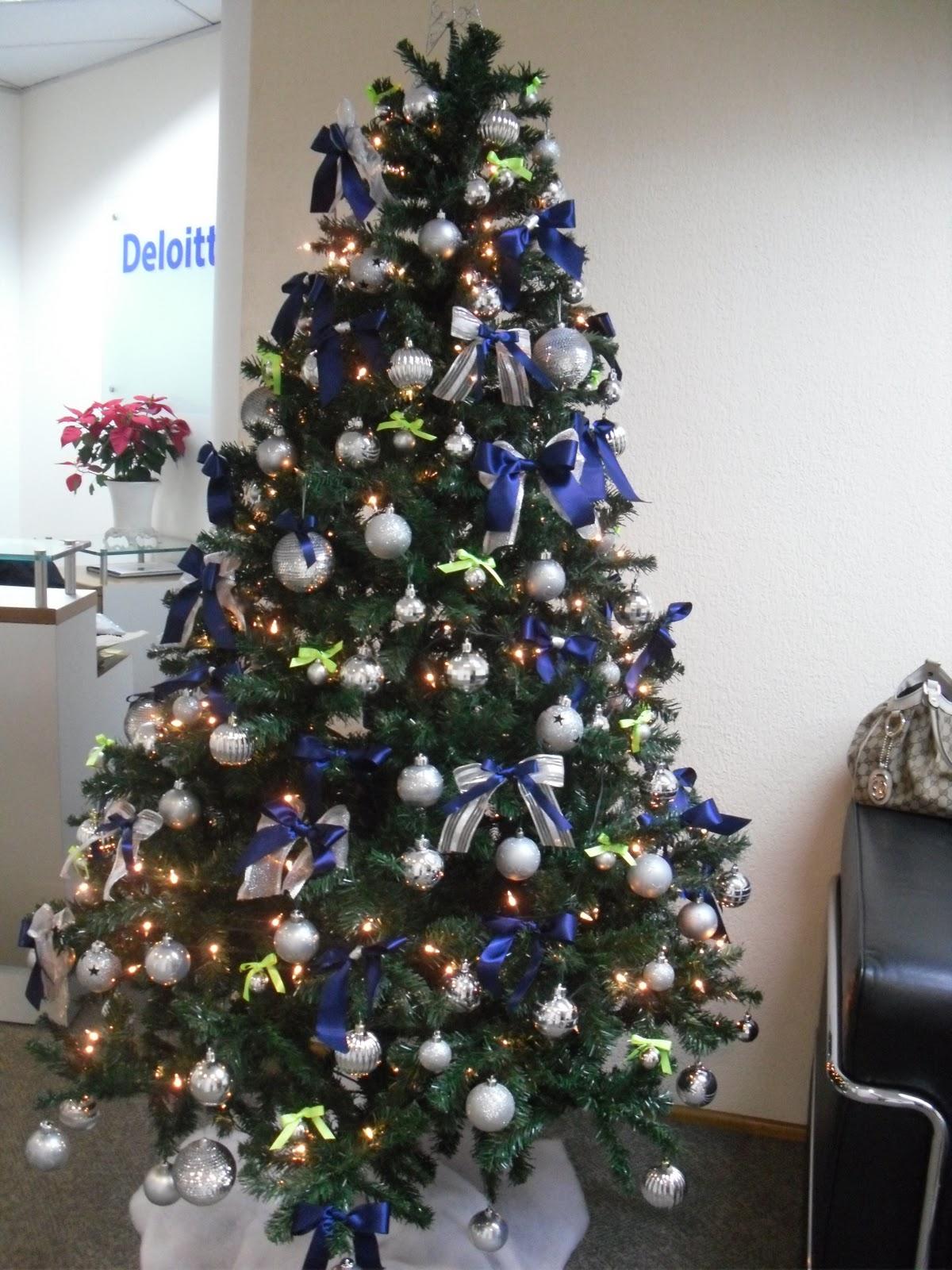 decoracao de arvore de natal azul e prata : decoracao de arvore de natal azul e prata:Essa foi a árvore de Natal que montamos para a empresa Deloitte.
