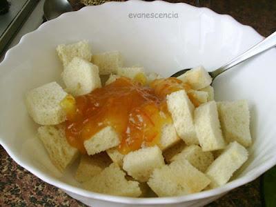pan troceado con mermelada