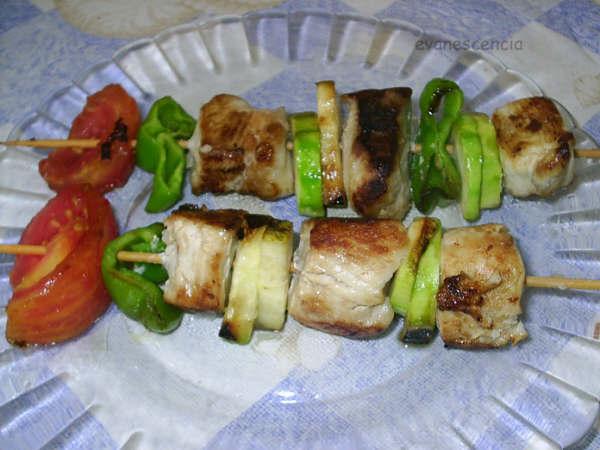 brocheta pez espada con verduras