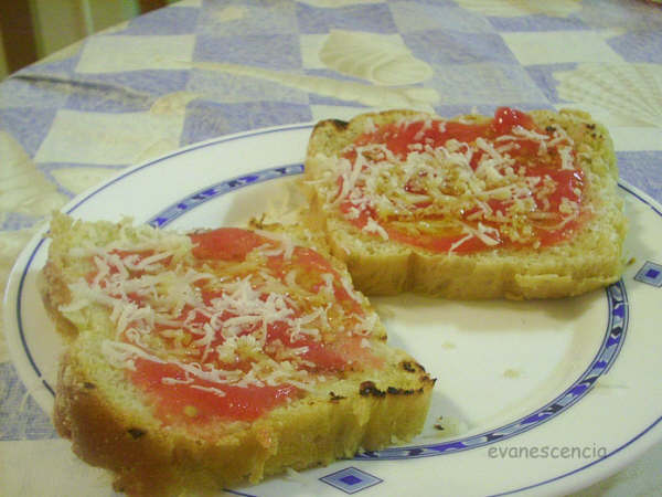rebanadas de pan con tomate y queso