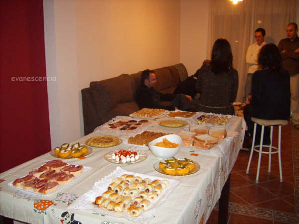 mesa con distintos aperitivos