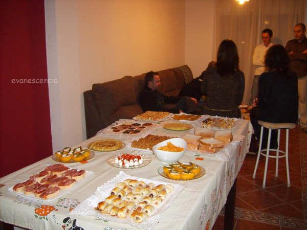 mesa con distintos aperitivos