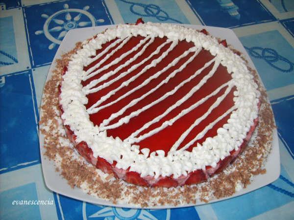 tarta mousse de fresa antes de cortar