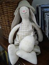 Haren Elvira med tillhörande påskägg