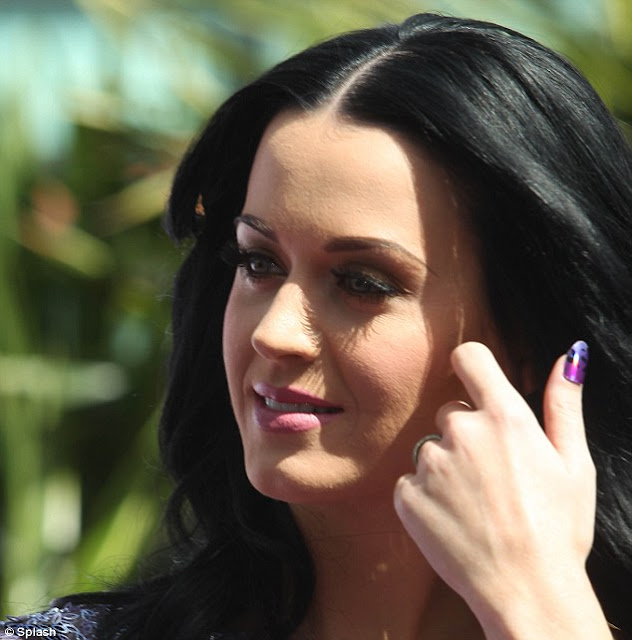 hot celebrities pics katy perry sexy pics at perfume launch with make up like plaster