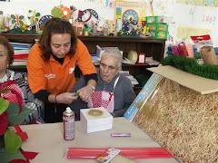 """Manoli ayudando a un abuelo de """"El Trigal"""""""