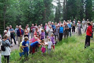 Helga Samset har mange tilhørere når hun forteller. Foto: Aslaug Haugen