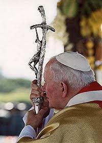 Que nadie se haga ilusiones de que la simple ausencia de guerra, aun siendo tan deseada, sea sinónimo de una paz verdadera. No hay verdadera paz sino viene acompañada de equidad , verdad, justicia, y solidaridad. Juan Pablo II