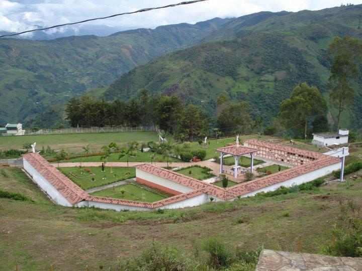 Toldas de toledo antioquia colombia parque cementerio for Cementerio parque jardin la puerta