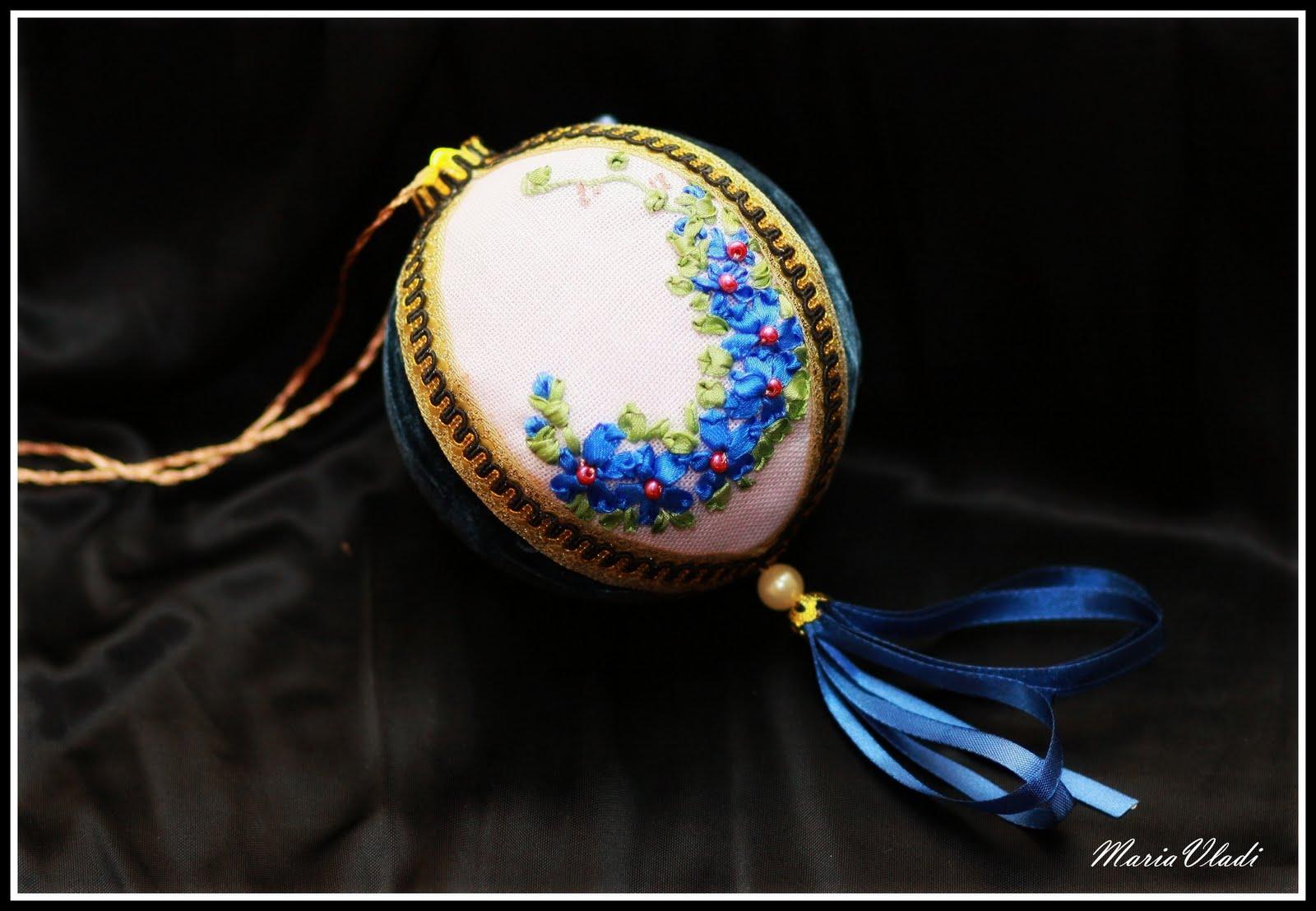 Как оформить вышивку в новогодний шар