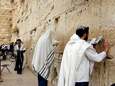 Men praying at Western Wall tb n010200 10 Tembok yang Bersejarah di Dunia