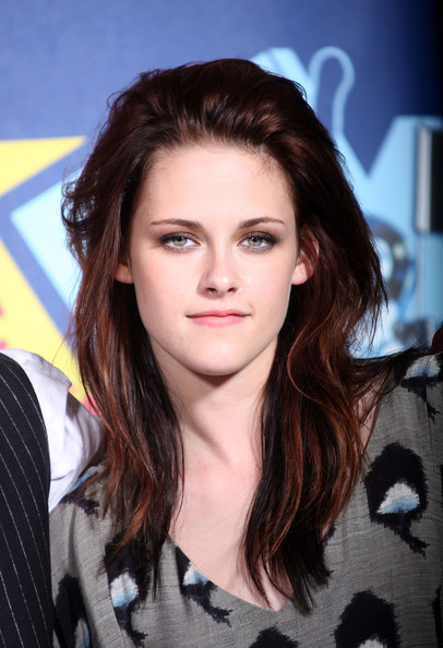 Kristen let her hair sit naturally to show off the combination of medium to