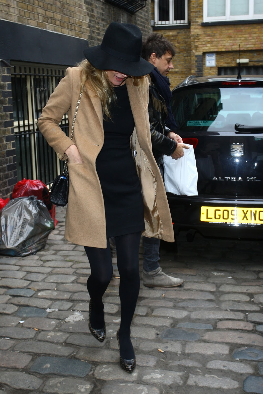 http://2.bp.blogspot.com/_37OJ2FyMWX8/TU1tOBzgi9I/AAAAAAAABoI/eYx61HSw2fk/s1600/09328_Kate_Moss_visiting_a_ewellery_shop_in_London_England_February_2_2011_003_122_65lo.jpg